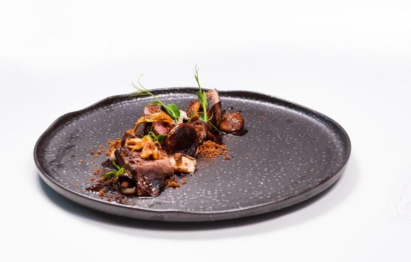 Lombo de javali com puré de castanhas assadas, cogumelos selvagens e molho de vinho do porto com chocolate amargo