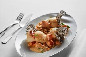 Tamboril com risotto de crustáceos, medalhões de lavagante, tapioca de tinta-de-choco e emulsão de ouriço-do-mar