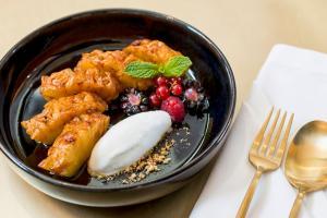 Ananás caramelizado com gelado de iogurte e lima