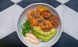 Poké bowl de salmão fresco