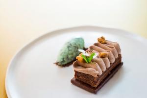 Tarte de chocolate em duas texturas com gelado de chocolate e menta
