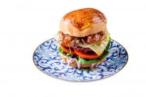 Hambúrguer de novilho com queijo da ilha, bacon, cebola caramelizada e coleslaw de couve-roxa