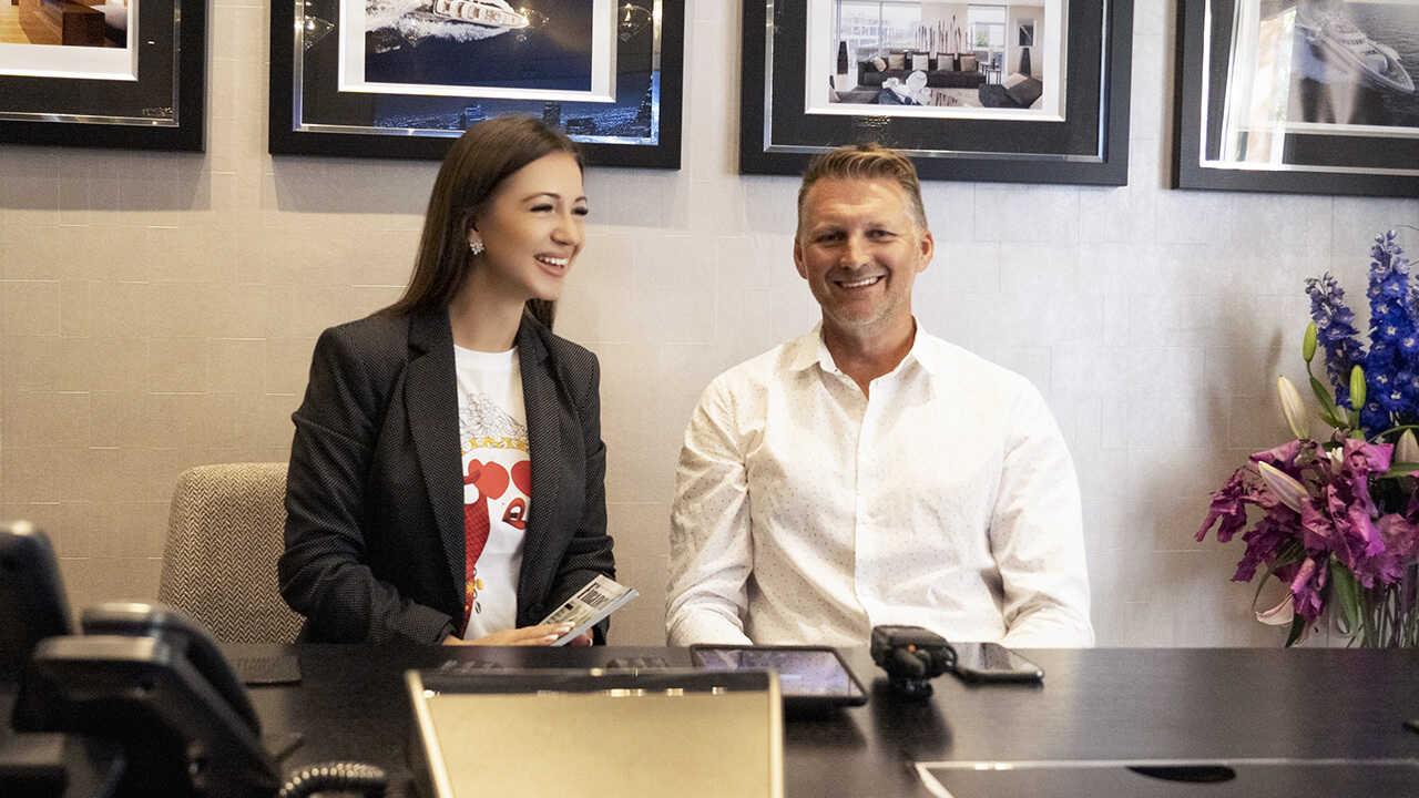 Elvira Gavrilova no encontro com o empresário britânico Glyn Hutchinson, Director de Vendas da companhia Icon Connect.
