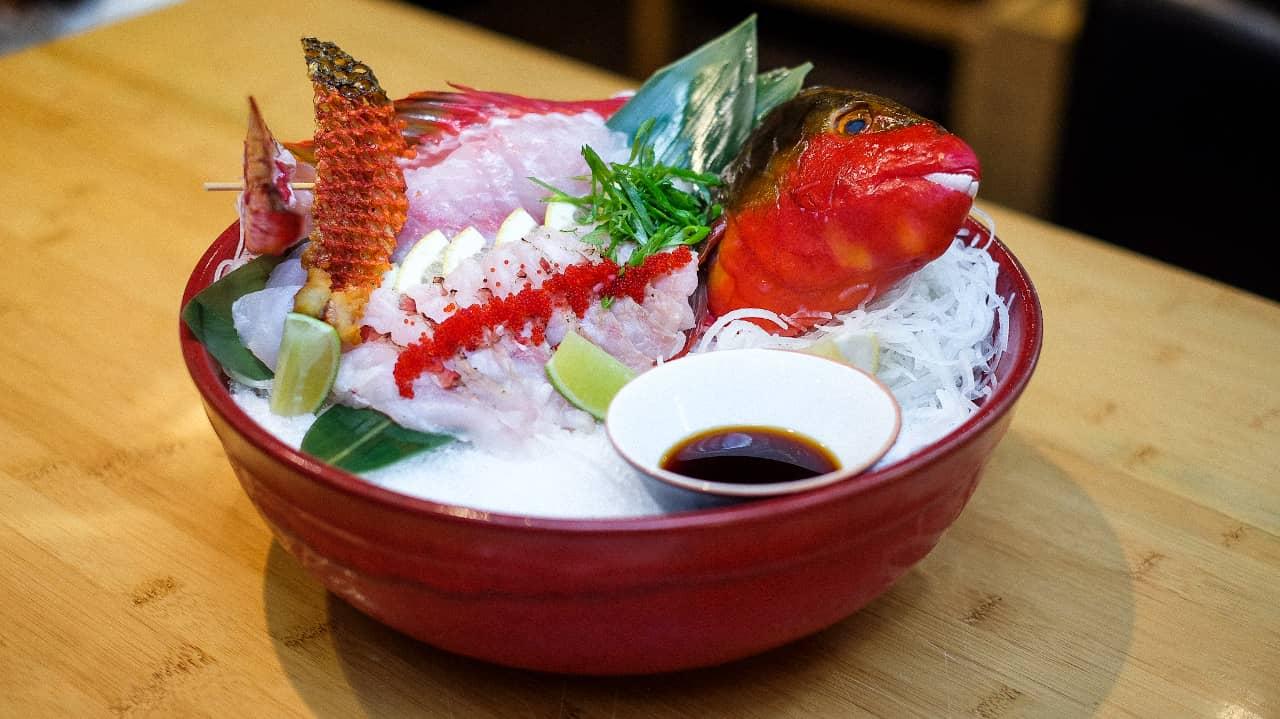 Sashimi de Peixe Papagaio sobre gelo