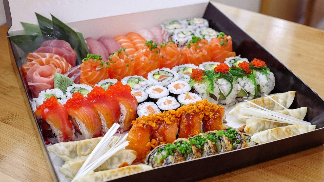 duas boxes de bom sushi